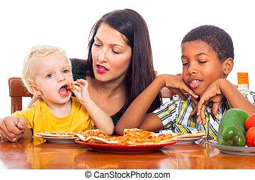 famiglia mangiando, pizza