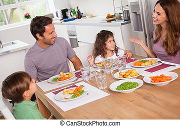 famiglia, parlare, intorno, il, tavola cena