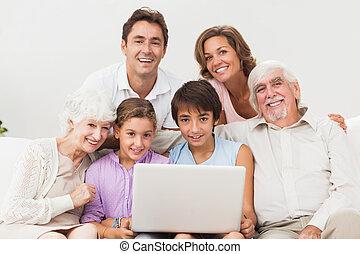 famiglia plurigenerazionale, divano