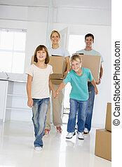 famiglia, scatole, spostamento, casa nuova, sorridente