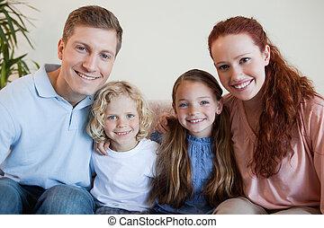famiglia, sedendo sofà, insieme