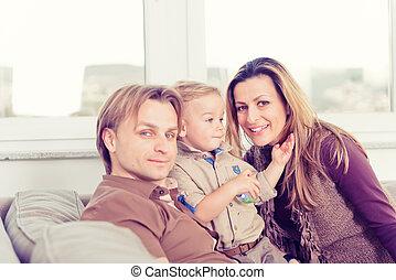 famiglia, seduta, divano, sorridere., ritratto, felice