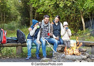 famiglia, seduta, fuoco, campeggiare, panca, felice