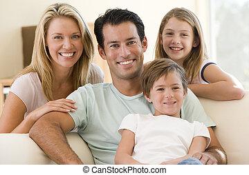 famiglia, seduta, in, soggiorno, sorridente