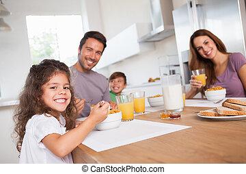 famiglia, sorridente, a, il, macchina fotografica, a, colazione