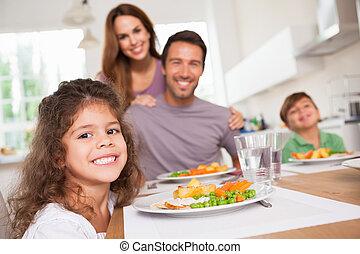 famiglia, sorridente, a, il, macchina fotografica, a, tavola cena