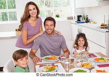 famiglia, sorridente, a, il, tavola cena