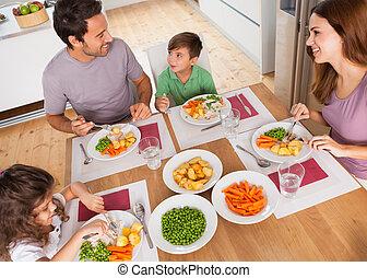 famiglia, sorridente, intorno, uno, pasto sano