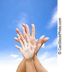 famiglia, unito, mani, con, cielo blu, e, nuvola