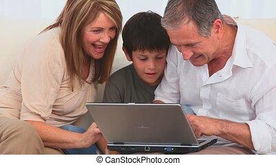 famiglia, usando, uno, pc, giocare, suonare, recitare, uno,...