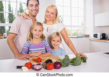 famiglia, verdura, insieme, taglio, proposta, sorridente