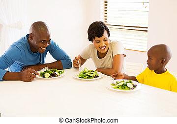 familia americana africana, comida que come, juntos