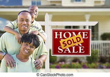 familia americana africana, delante de, signo bienes raíces, y, casa