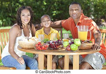 familia americana africana, el comer sano, exterior