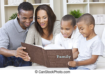 familia americana africana, mirar el álbum de foto