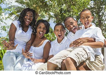 familia americana africana, padres, y, niños