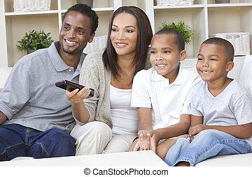 familia americana africana, televisión que mira, con, mando a distancia