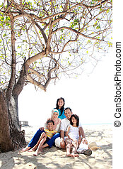familia asiática, en la playa