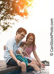 familia asiática, tener diversión, en, el, piscina