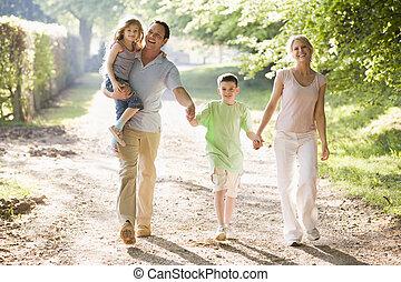 familia caminar, aire libre, manos de valor en cartera, y, sonriente