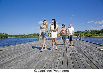 familia caminar, en, plataforma de la visión, por, el, riachuelo