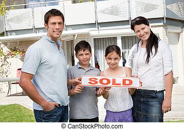 familia , casa, joven, nuevo, sonriente, compra