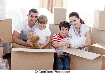 familia , casa móvil, juego, con, cajas
