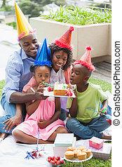 familia , celebrar, un, cumpleaños, juntos, en el jardín
