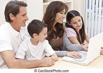 familia, computador portatil, computadora, Utilizar, diversión, hogar, teniendo, feliz