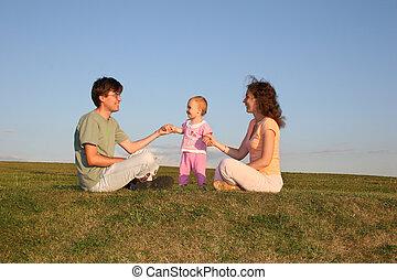 familia , con, bebé, sentarse, en, pradera