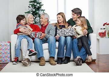 familia , con, navidad presenta, se sentar sobre sofá