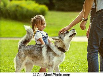 familia , con, un, perro, en el parque