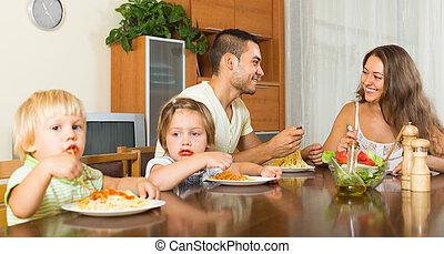 familia cuatro, comida, espaguetis