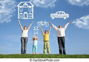 familia cuatro, en, pasto o césped, con, manos arriba, y,...
