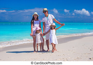 familia cuatro, en, playa de caribbean, vacaciones del verano