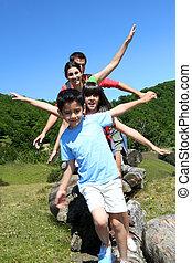 familia cuatro, posición, en, rocas, en, el, montaña