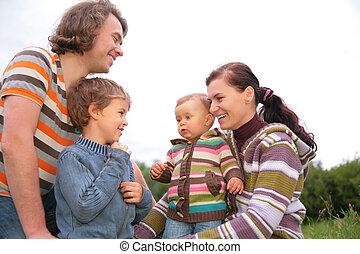 familia cuatro, retrato, en, naturaleza