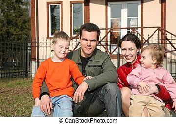 familia cuatro, sentarse, en, yarda