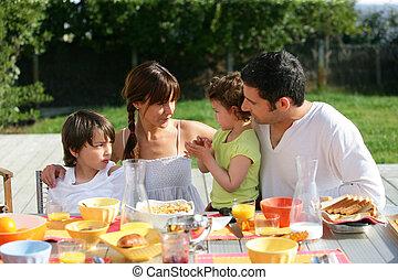 familia , día soleado, exterior, desayuno-almuerzo, teniendo