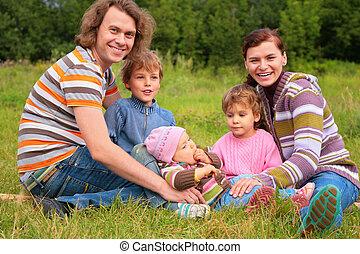 familia , de, cinco, retrato, en, pasto o césped