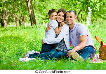familia , de, tres, tiene, picnic, en el estacionamiento