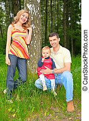 familia , debajo, un, árbol, en el estacionamiento