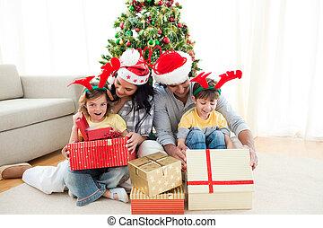 familia , decorar, un, árbol de navidad