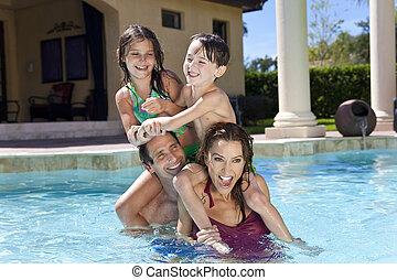 familia , dos, juego, feliz, niños, piscina, natación
