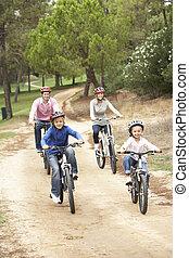familia , el gozar, paseo de la bici, en el estacionamiento