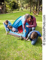 familia , el montar, tienda, en, camping