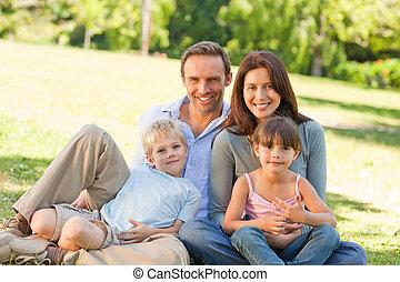 familia , el sentarse en el parque