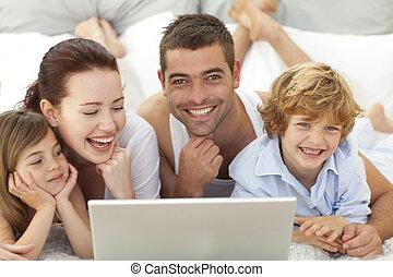 familia , en cama, tener diversión, con, un, computador portatil