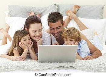 familia , en cama, utilizar, un, computador portatil