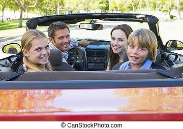 familia , en, coche convertible, sonriente